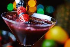 Закройте вверх по стеклу тропического коктеиля с ягодами или лимонадом Стоковое Изображение