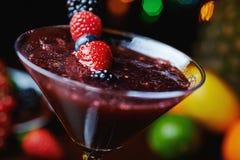 Закройте вверх по стеклу тропического коктеиля с ягодами или лимонадом Стоковые Фотографии RF