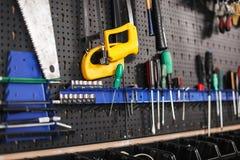 Закройте вверх по стойке современных инструментов в изолированной мастерской Стоковое фото RF