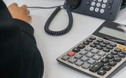 Закройте вверх по столу бухгалтера с телефоном и калькулятором стоковое изображение rf