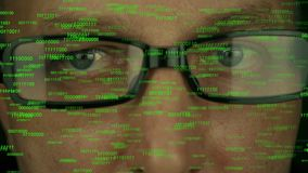 Закройте вверх по стороне человека в стеклах Движение глаз быстро случайно Бинарные кодовые номера текут от верхней части перед г сток-видео
