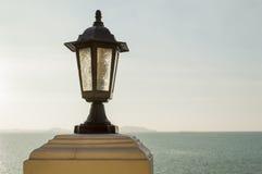 Закройте вверх по столбу и морю лампы Стоковые Фотографии RF