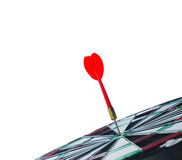 Закройте вверх по стрелке дротика съемки красной в центре  dartboard с copyspa Стоковые Изображения RF