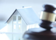 Закройте вверх по схематическому белому миниатюрному дому стоковые фотографии rf