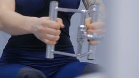 Закройте вверх по съемке Атлетическая молодая женщина разрабатывая на оборудовании тренировки фитнеса акции видеоматериалы