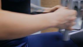 Закройте вверх по съемке Атлетическая молодая женщина разрабатывая на оборудовании тренировки фитнеса сток-видео