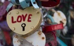 Закройте вверх по съемке в форме сердца замка влюбленности, запертого на мосте перил moscow Стоковое Изображение