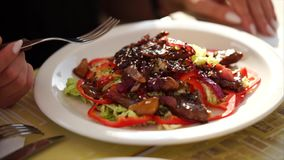 Закройте вверх по съемке горячего салата, персона идет съесть его с вилкой в ресторане сток-видео