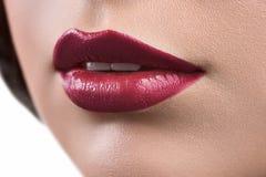 Закройте вверх по съемке губ glo губной помады или губы женщины нося Стоковое фото RF