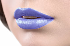 Закройте вверх по съемке губ glo губной помады или губы женщины нося Стоковое Изображение