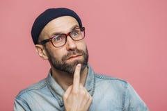 Закройте вверх по съемке заботливого бородатого мужчины при голубые глазы быть глубокий в мыслях, взглядах задумчиво в расстояние стоковые изображения