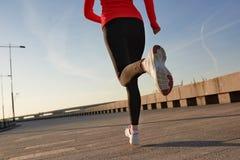 Закройте вверх по съемке идущей женщины Селективный фокус стоковая фотография rf