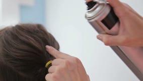 Закройте вверх по съемке Парикмахер делая стиль причёсок для милой женщины и используя лак для волос видеоматериал