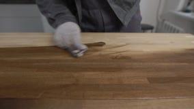 Закройте вверх по съемке перчаток предохранения от человека нося работая с древесиной акции видеоматериалы