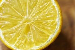 Закройте вверх по съемке половины лимона отрезка Стоковое Изображение