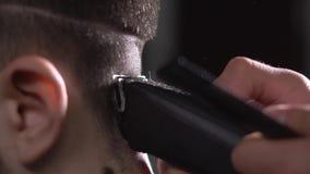 Закройте вверх по съемке процесса волос вырезывания от человека, брея машина нежно извлекает сверхнормальные волосы от задней час сток-видео