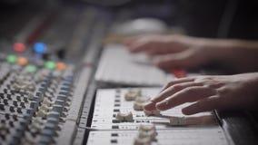 Закройте вверх по съемке рук ` s музыканта, показателей профессионала музыка в ядровой студии звукозаписи, движения человека акции видеоматериалы