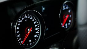 Закройте вверх по съемке спидометра автомобиля, переключателя двигателя в кабине акции видеоматериалы