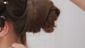 Закройте вверх по съемке Стиль причёсок отделкой парикмахера для молодой милой женщины видеоматериал