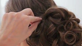 Закройте вверх по съемке Стиль причёсок отделкой парикмахера для молодой милой женщины сток-видео