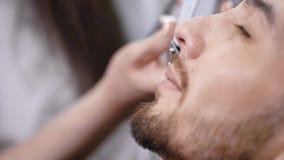 Закройте вверх по съемке стороны ` s человека, к которой борода побрита в стиле - ремень подбородка, это соединение sideburn с a сток-видео