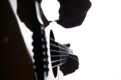 Закройте вверх по съемке строк и рук гитариста играя акустическую гитару Стоковые Фотографии RF