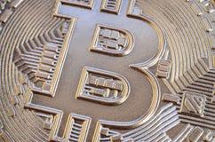 Закройте вверх по съемке физического bitcoin с сияющей поверхностью сброса стоковое изображение