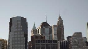 Закройте вверх по съемке финансовых небоскребов в городском Нью-Йорке в более низком Манхаттане снятом от Ист-Ривер внутри поздно акции видеоматериалы