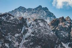 Закройте вверх по съемке черной горы с снегом и облака на верхней части на долине Thangu и Chopta в зиме в Lachen Северный Сикким Стоковые Изображения RF