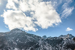 Закройте вверх по съемке черной горы с снегом и облака на верхней части на долине Thangu и Chopta в зиме в Lachen Северный Сикким Стоковые Фотографии RF