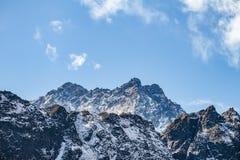 Закройте вверх по съемке черной горы с снегом и облака на верхней части на долине Thangu и Chopta в зиме в Lachen Северный Сикким Стоковые Фото