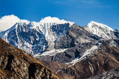 Закройте вверх по съемке черной горы с снегом и облака на верхней части на долине Thangu и Chopta в зиме в Lachen Северный Сикким Стоковые Изображения