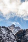 Закройте вверх по съемке черной горы с снегом и облака на верхней части на долине Thangu и Chopta в зиме в Lachen Северный Сикким Стоковая Фотография RF