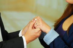 Закройте вверх по съемке человека и женщины держа руки Стоковые Изображения RF
