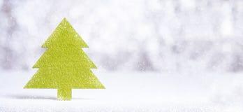 Закройте вверх по с Рождеством Христовым слову на зеленой рождественской елке с искрой Стоковое фото RF