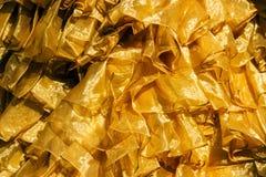 закройте вверх по текстуре ткани сатинировки золота Стоковая Фотография