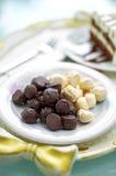 Закройте вверх по темной и белой конфете шоколада стоковая фотография