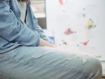 Закройте вверх по ткани азиатской девушки битника с синим пиджаком и джинсами Стоковая Фотография RF
