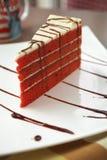 Закройте вверх по торту бархата и соусу шоколада Стоковое Изображение