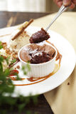 Закройте вверх по торту чашки шоколада с соусом карамельки Стоковое фото RF