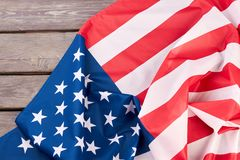 Закройте вверх по флагу США на деревянной поверхности стоковая фотография rf