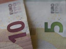 Закройте вверх по фокусу предпосылки 10 и 5 банкнот евро на foregro Стоковое фото RF