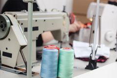 Закройте вверх по фото белошвейки шить с швейной машиной Стоковое фото RF