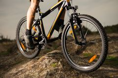 Закройте вверх по фото велосипеда катания велосипедиста вниз с утеса Весьма спорт и концепция Enduro велосипед Стоковые Изображения