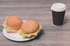 Закройте вверх по фото вкусных свежих 2 cheeseburgers на плите и p Стоковое Фото