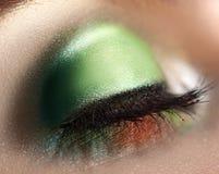 Закройте вверх по фото закрытого глаза женщины с зеленым составом Стоковая Фотография