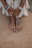 Закройте вверх по фото ног с стильными anklets стоковое изображение rf