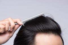 Закройте вверх по фото чистых здоровых волос ` s человека Гребень молодого человека его h Стоковое Изображение