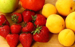 Закройте вверх по фото яблок и персика клубник сада Стоковая Фотография RF