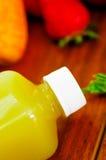 Закройте вверх по цветам верхней части бутылок сока лежа вниз штабелированным, красивым и здоровой концепции Стоковое фото RF